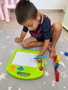 ילד כותב