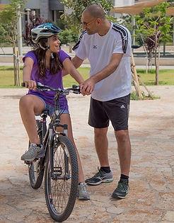 עופר מקדש בשיעור רכיבה על אופניים
