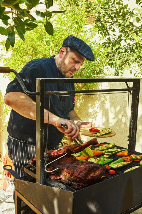 שף אלכס מכין בשר על הגריל