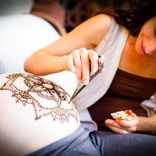 חן חינה  - אני מעטרת את אליה במנדלה הריונית. צלם קמינר 2011