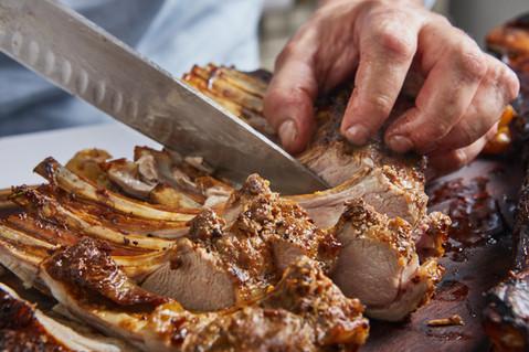 שף אלכס סטולרביץ חותך בשר