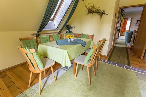 Großes Zimmer mit Essecke