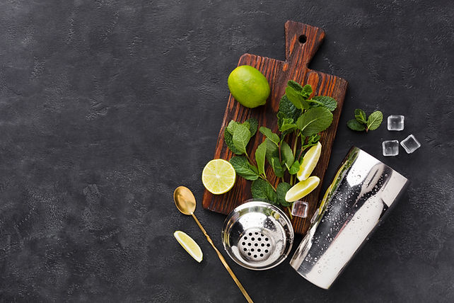 top-view-chopping-board-with-cocktail-es