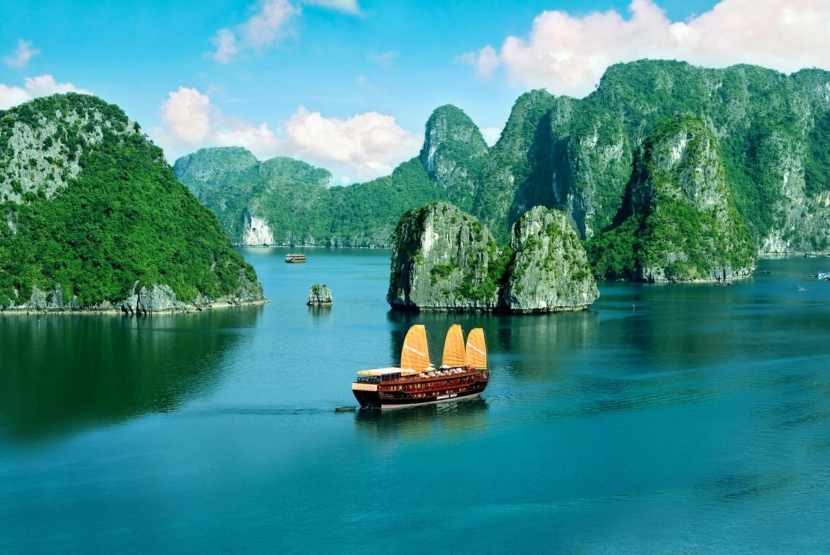 Halong bay Vietnamt.jpg