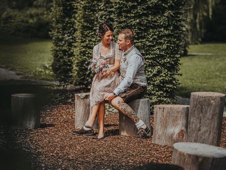 Hochzeit im Dirndl und Lederhosen