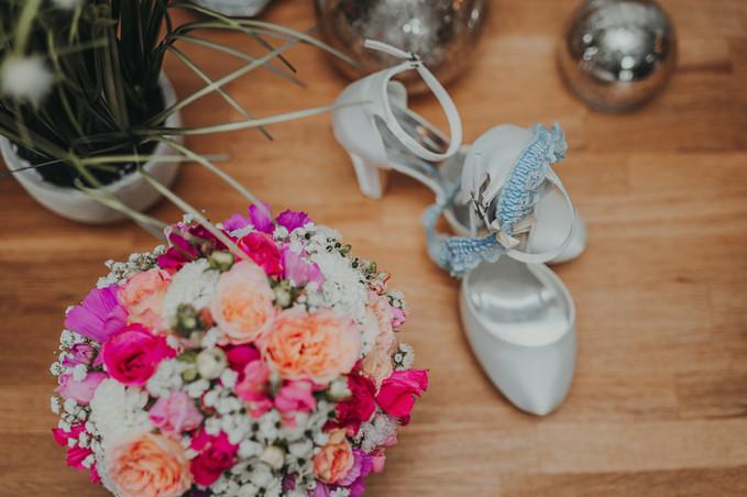 Brautschuhe mit Brautsrauß