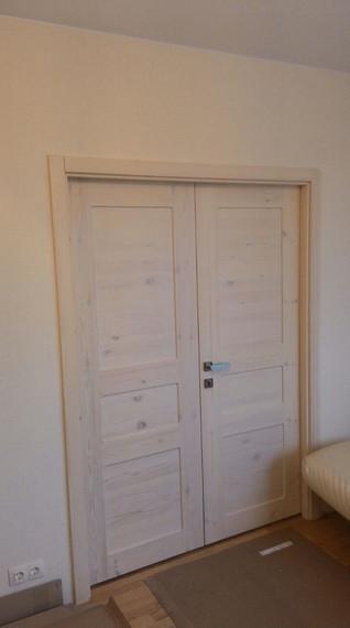 Двойная деревянная дверь