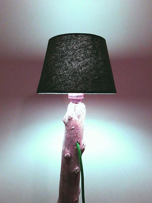 Ständerlampe aus Schwemmholz auf Bachstein