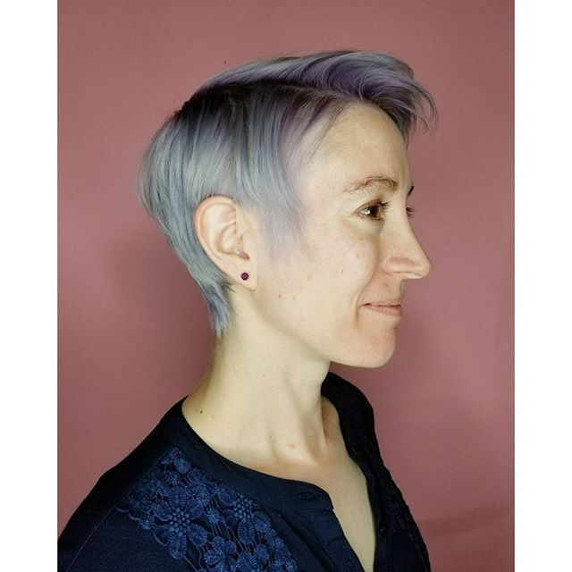 From long hair to a pixie, then from her natural color to this fun silver with purple roots - we lov