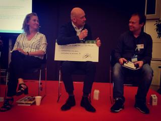 """Til Skolemessen i Århus donerede jeg 24.753,20 kroner i royalties for """"Cutter"""" til Landsfo"""