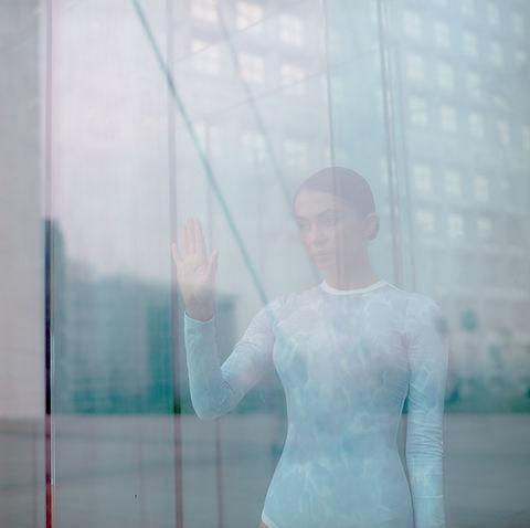 Meisje wat betreft Window
