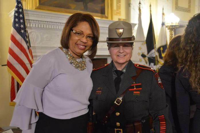Grace y la comandante de State Police.jpg