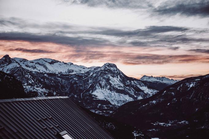 Par delà la voie lactée et le sommet des montagnes