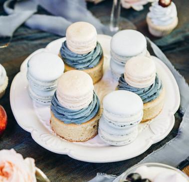 Macarons auf Teller angerichtet