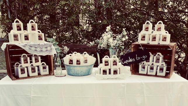 Tisch mit Cupcakes-to-go