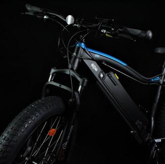 Mountainbikes mit breiten Reifen und großer Federgabel