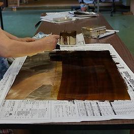 真鍮板のニス塗り作業