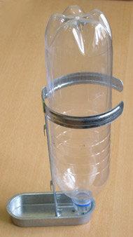 Поилка с держателем бутылки и креплением на клетку