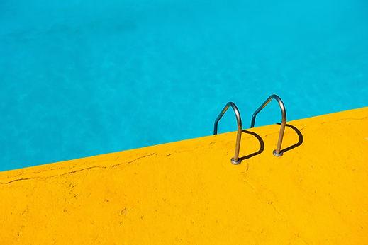 Amarillo y azul piscina