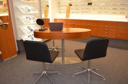 Beratungstisch mit Ablagefach