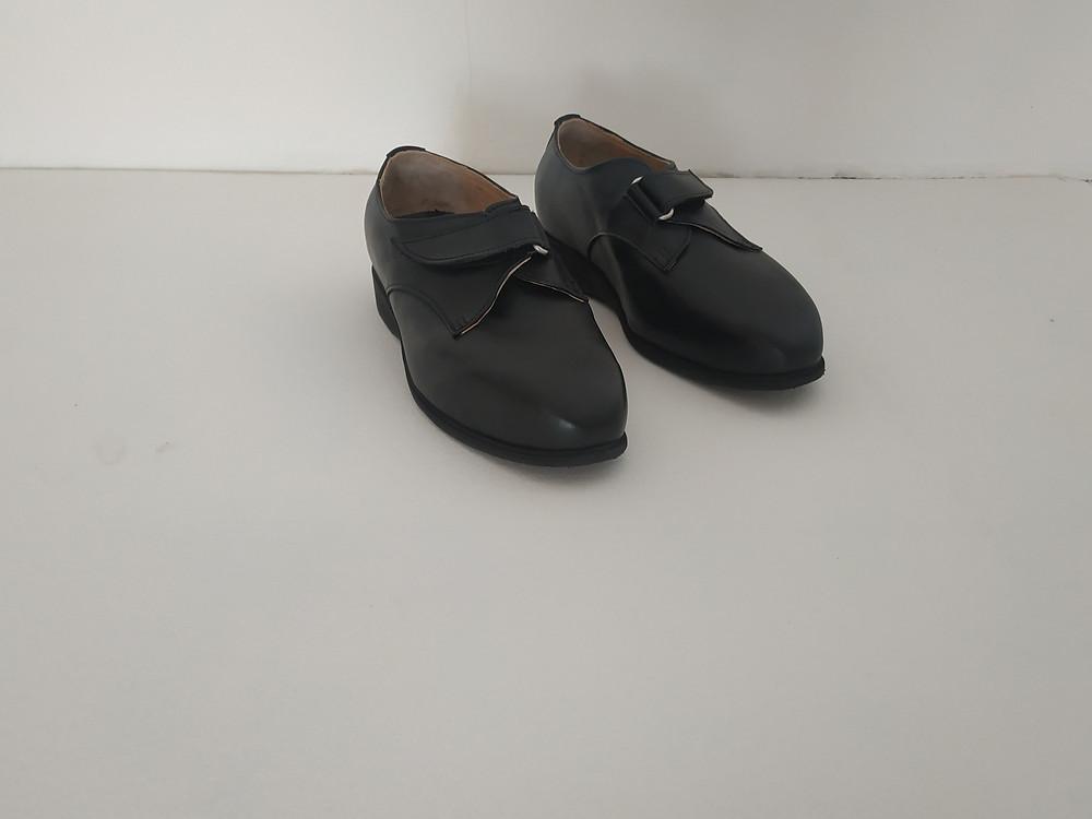 Atelier Podo-Design; Exemple Chaussures Orthopédiques sur-mesure diabète; Derby bas à une bande auto-aggripante Noir