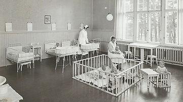 Toeloe_1932–Fru Knape och barnskoeterska
