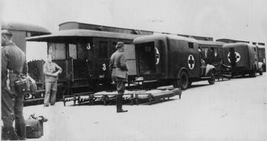 """Bild från Tornio. Till vänster en tysk soldat med en """"lappkniv""""."""
