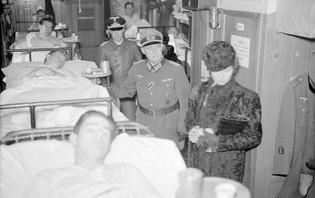 Drottning Sibylla besöker ett tyskt sjukhuståg i Krylbo 13 nov 1941 tillsammans med nazitysk officer.