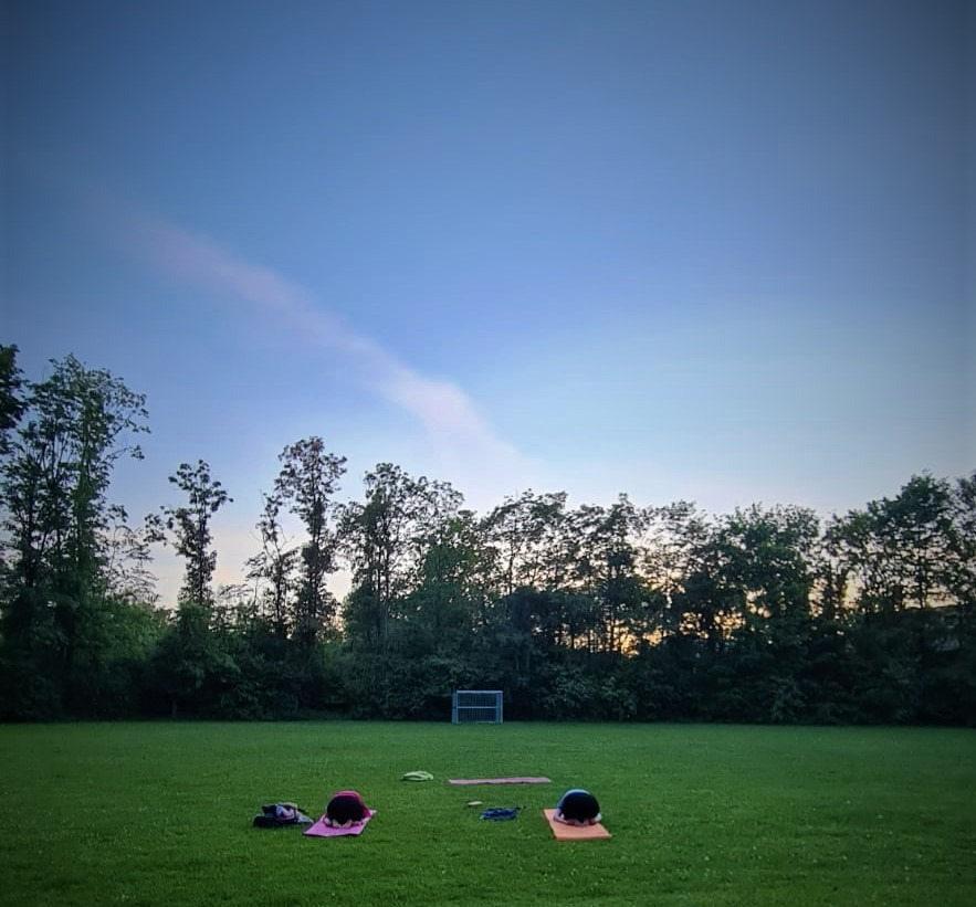 Outdoor Yoga auf dem Bolzplatz