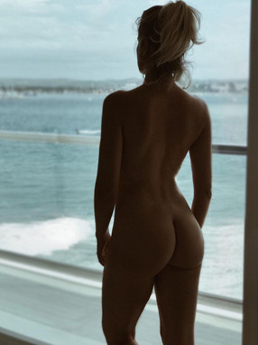 Famous TV presenter poses nude on Instagram