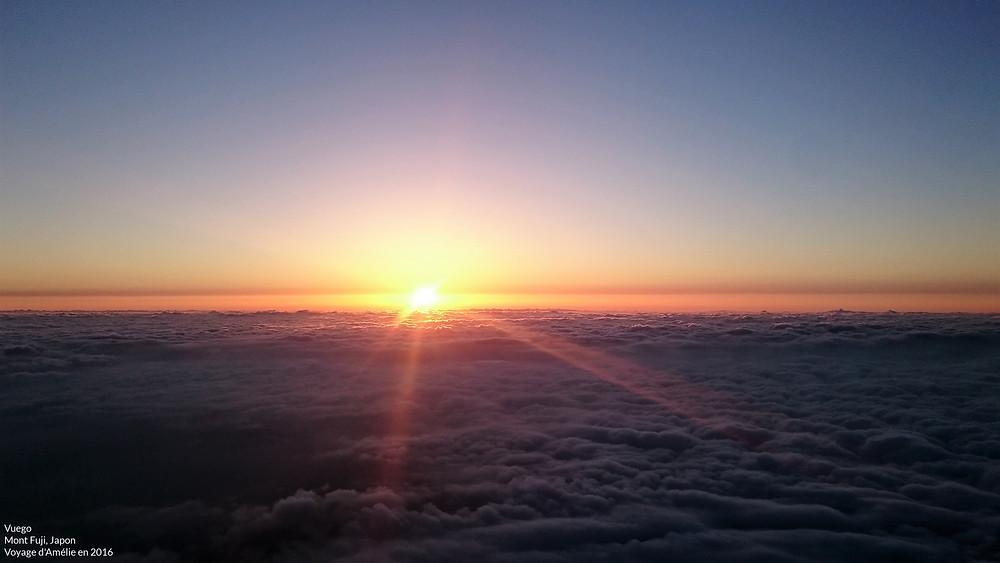 Lever de soleil depuis le sommet du Mont Fuji après une grande randonnée au Japon