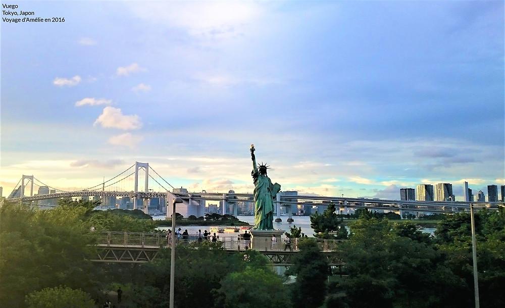 Coucher de soleil derrière la statue de la liberté de Tokyo au Japon