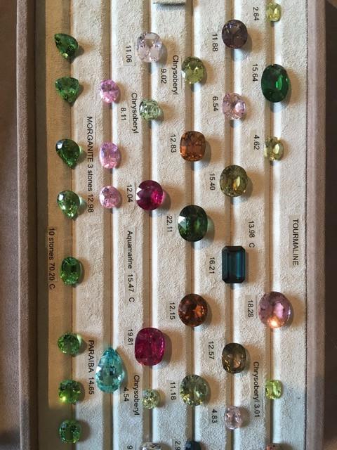 Sélection de pierres de couleur chez un marchand