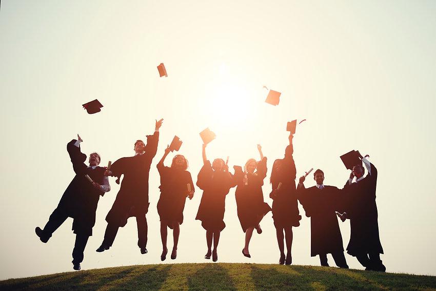 location-toges-de-remise-de-diplomes-lancer-de-coiffes-toques-etudiants-echarpe-universitaire