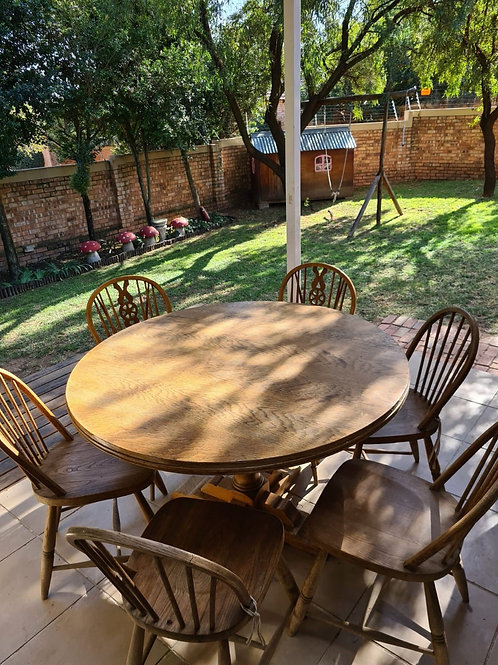Round Oak Table and 6 oak chairs