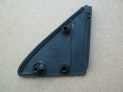 Cache plastique fixation de rétroviseur coté conducteur Ford Fiesta mk1