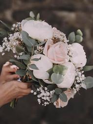 Pionia, neilikkaa ja ruusua.