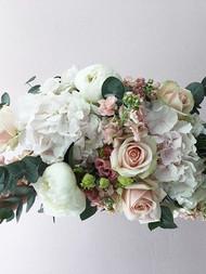 .Morsiuskimppu hortensioista, pioneista ja ruusuista.