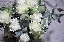 Valkoinen morsiuskimppu #valkoinen #ruusu #neilikka #morsiuskimppu #häätoulu #häät2018 #häät #häät20
