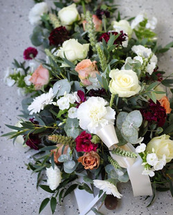 #hautajaiset #hautalaite #hautakukat #surukukat #roosa #viininpunainen #oulu #kukkakauppa #minnaekda