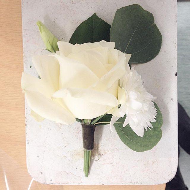 Ja sulhollekin #grooom #flower #brideandgroom #rose #eucalyptus #kukka