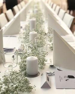 Harsokukkakoristeet pöydissä