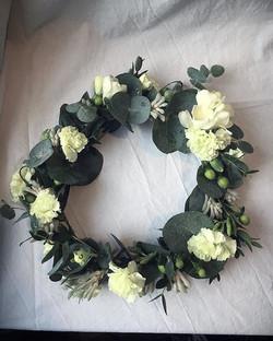 #kastekranssi #poikavauva #kukka #neilikka #eucalyptus #vihreä #ristiäiset #kukkakauppa #oulu #minna