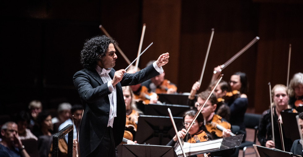 Dirigent Kerem Hasan voor het Noord Nederlands Orkest
