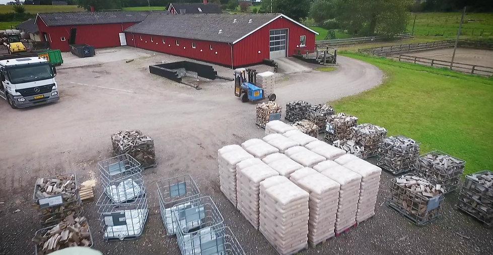 Brændelselsgården er et lokalt lille firma som handler med træbrikketter, træpiller og løst ovntørt brænde eller i trådbure og brændetårne. Vi køber stort ind, så du kan få den bedste pris