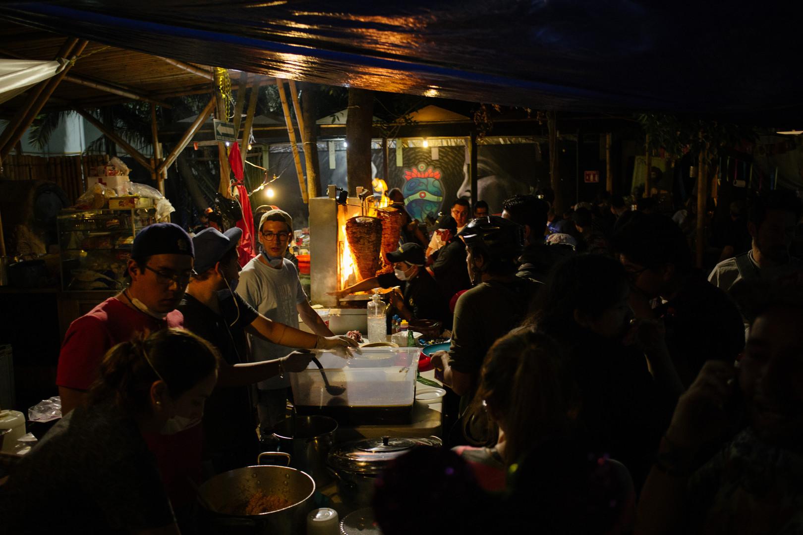 Cena en el _Huerto Roma_ centro de acopi