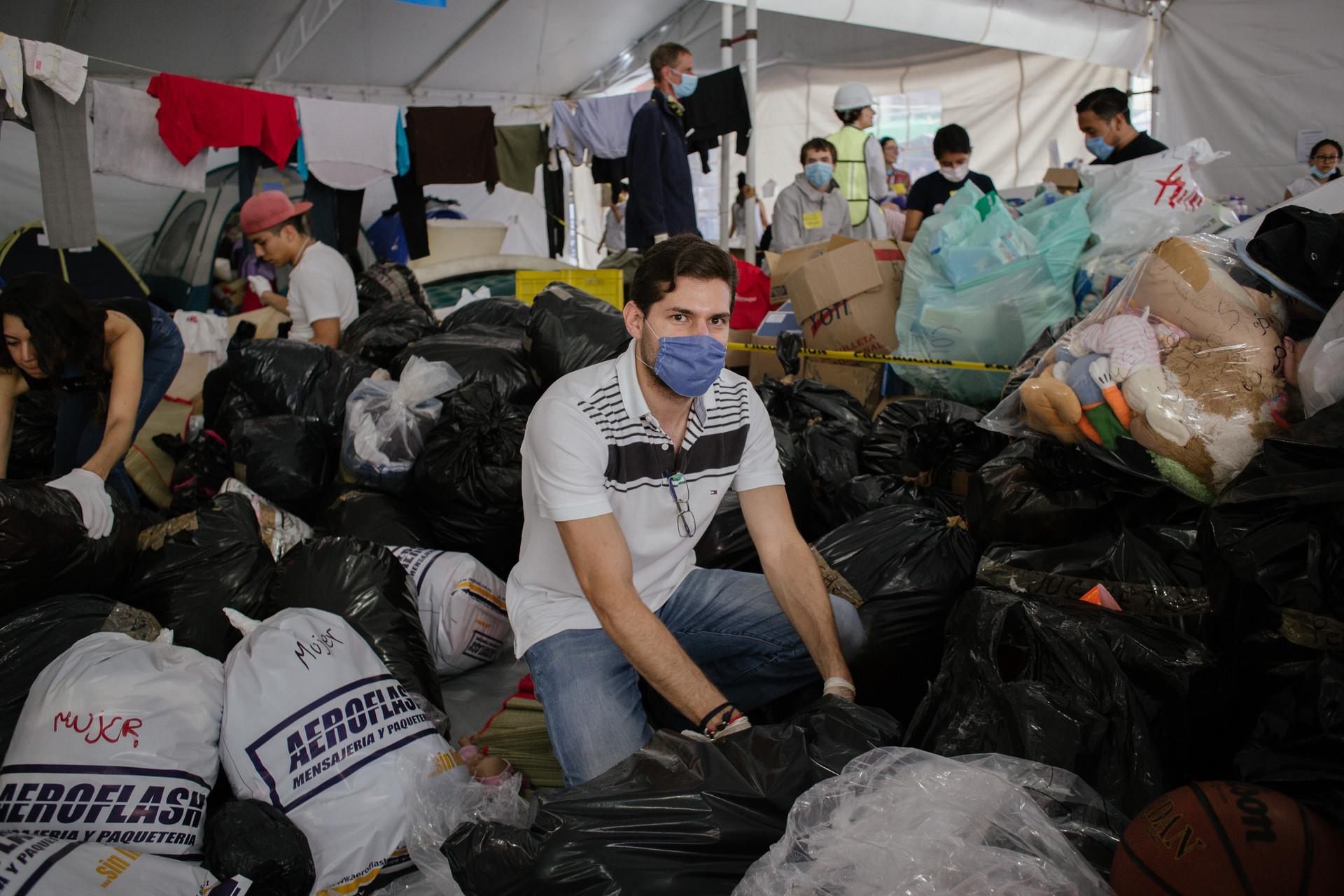 Eduardo,_voluntario_del_centro_de_acopio