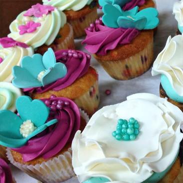 Fuchsia and turquoise cupcakes