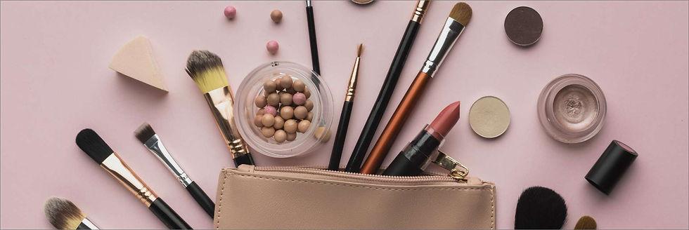 top-view-arrangement-with-beauty-bag-cop