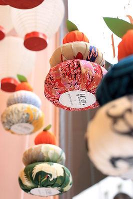 décor de vitrine La maison du mochi patisserie japonaise à Paris Studio Laur-Anne Caillaud